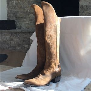 Barely worn leather Ariat cowboy boots